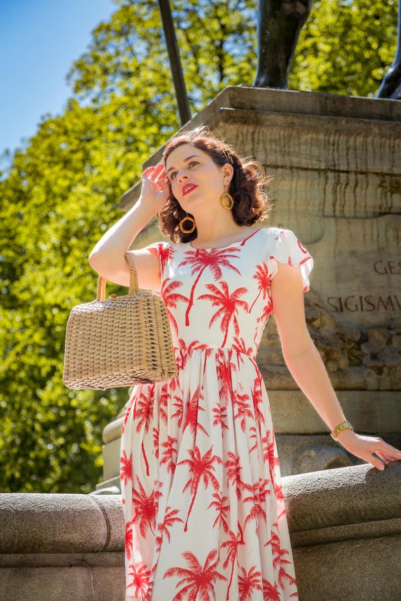 RetroCat mit dem Palm Dress von Grünten Mode und einer Vintage-Korbtasche aus den 50ern