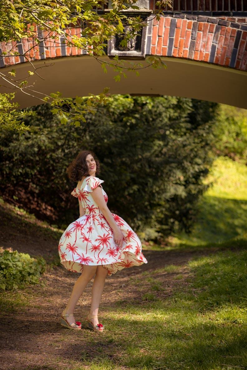 RetroCat beim Tanzen im Palm Dress von Grünten Mode