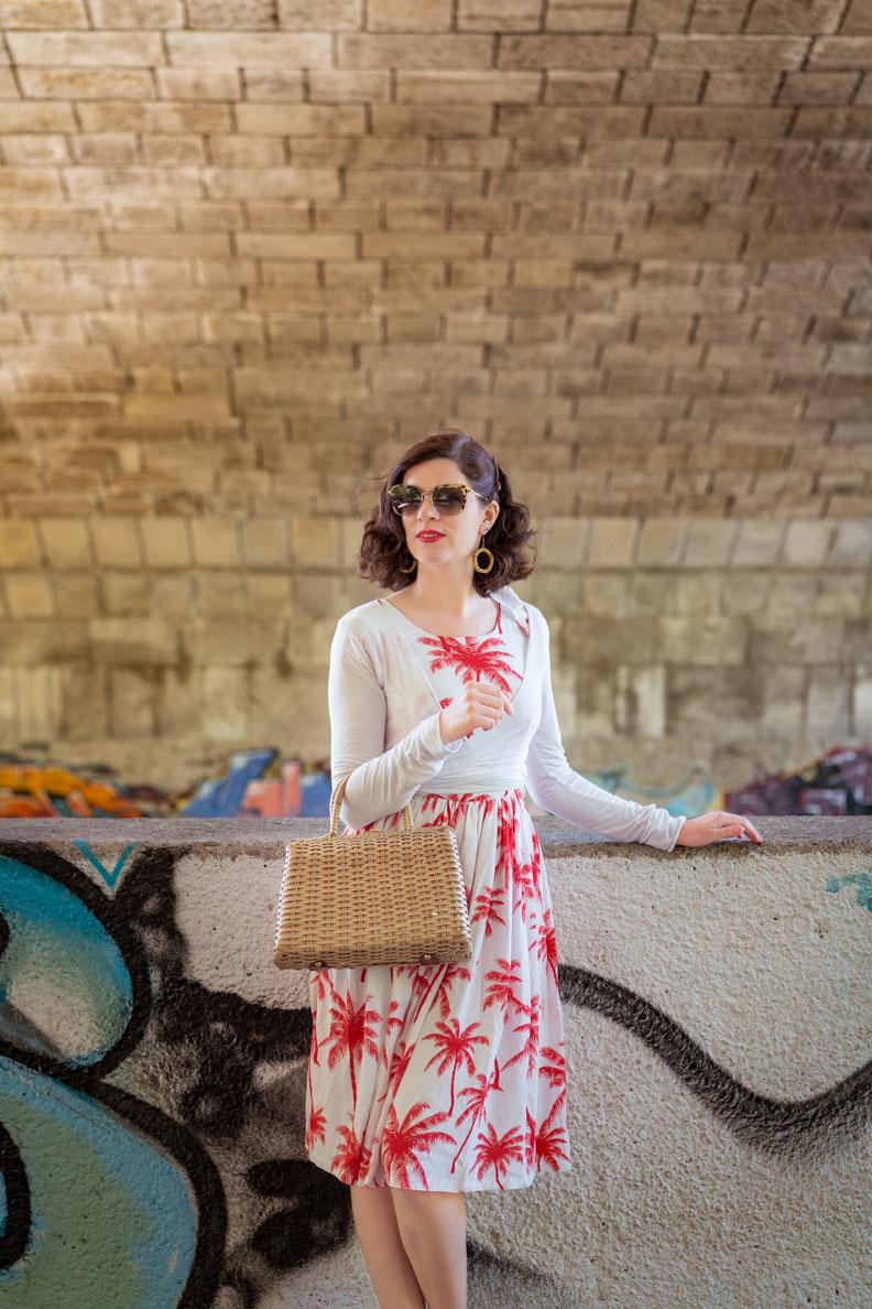 Fashion-Bloggerin RetroCat in einem rot-weißen Retro-Kleid vom deutschen Label Grünten Mode