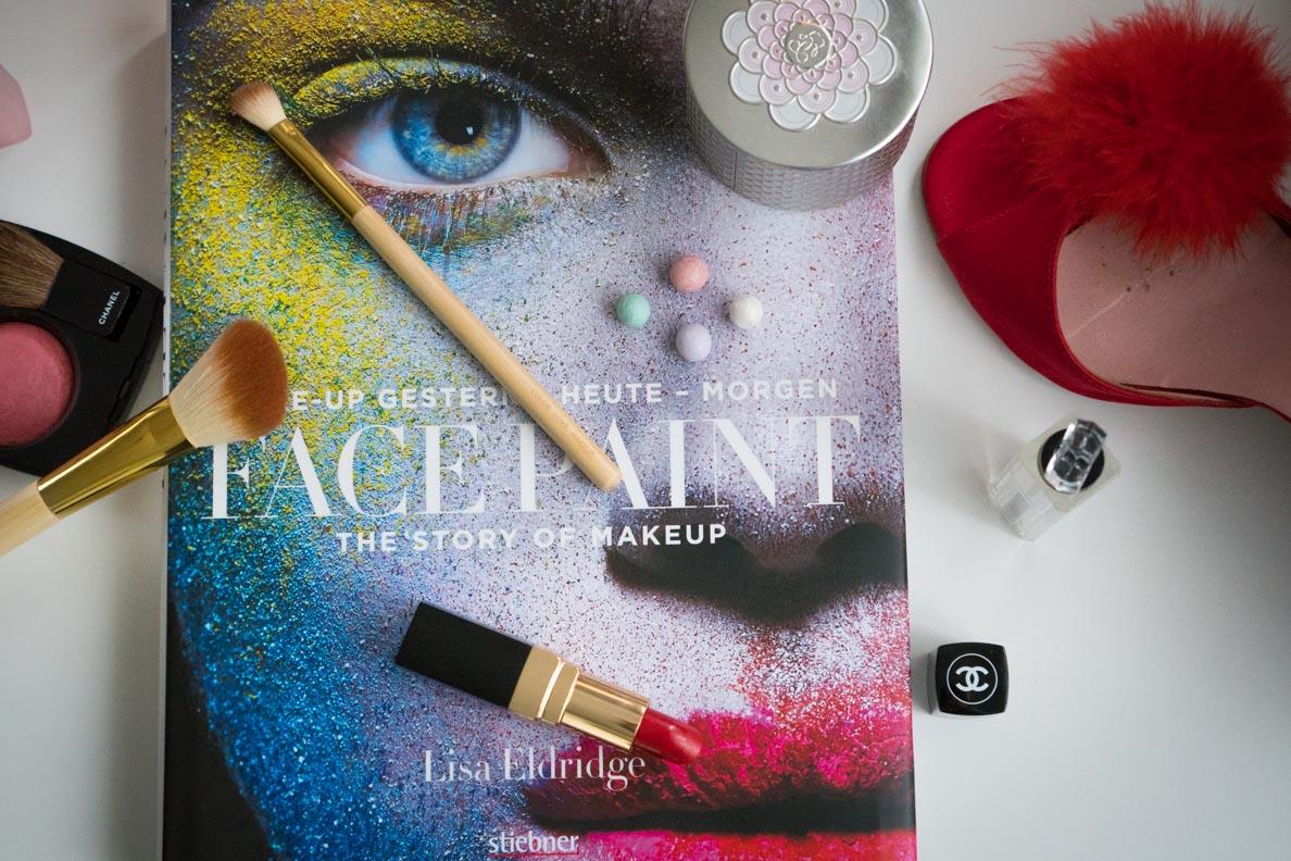 """Das Buch """"Face Paint"""" von Lisa Eldridge und einige Make-up-Produkte"""