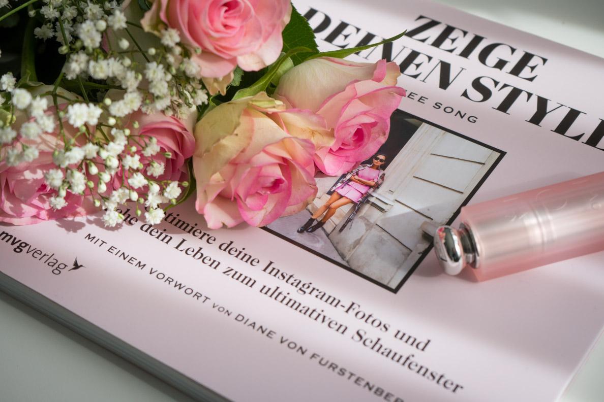 """Das Buch """"Zeige Deinen Style"""" von Aimee Song und pinke Rosen"""