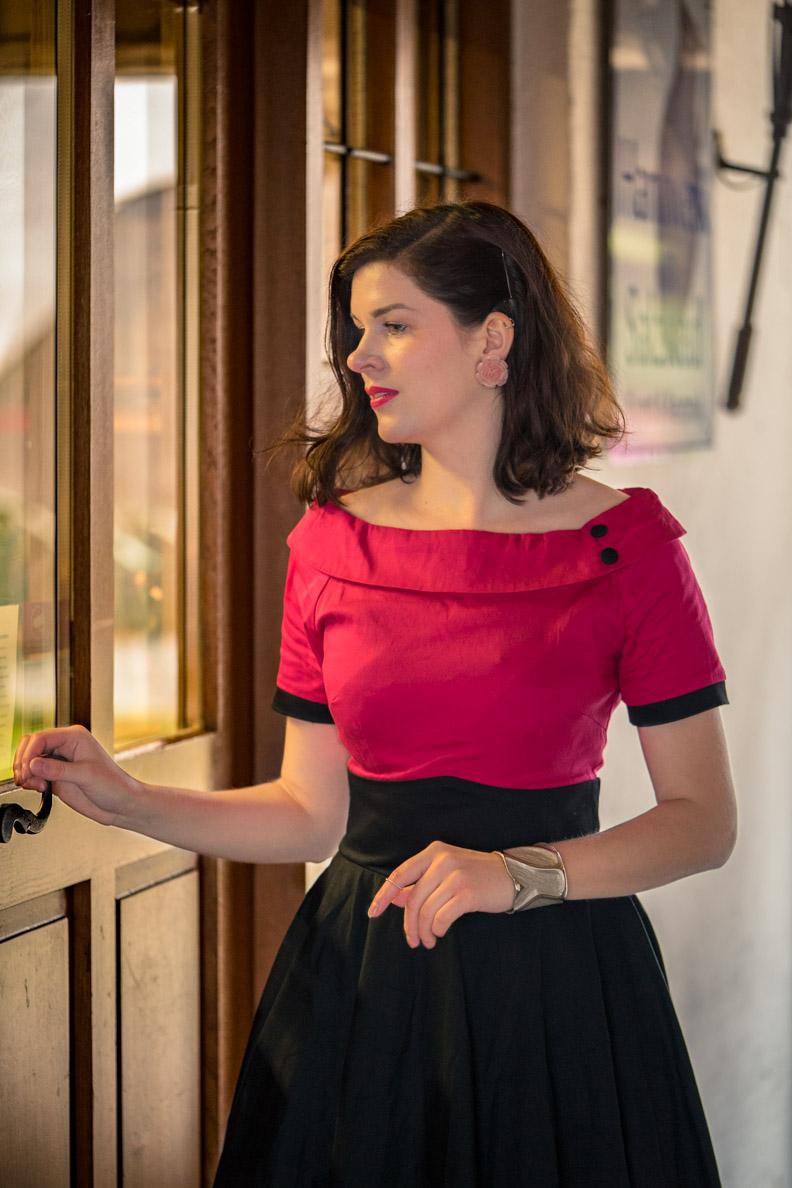 Bloggerin RetroCat mit Retro-Kleid und pinkem Editorial-Make-up