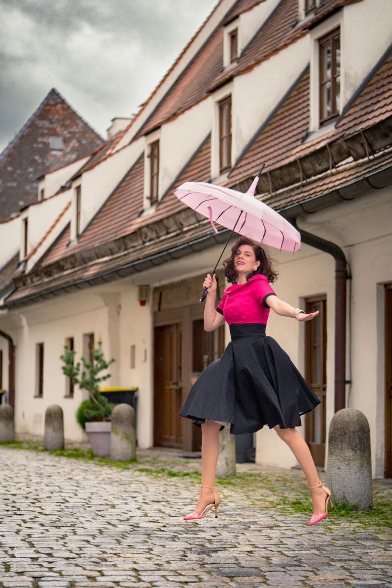 RetroCat mit dem Darlene Dress von Dolly and Dotty und einem rosa Pagoden-Schirm