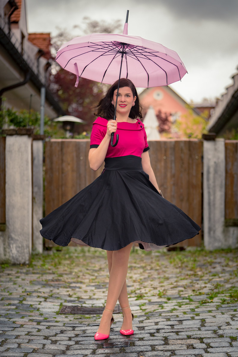 "Vintage-Fashion-Bloggerin RetroCat beim Tanzen mit dem ""Darlene Dress"" von Dolly and Dotty"