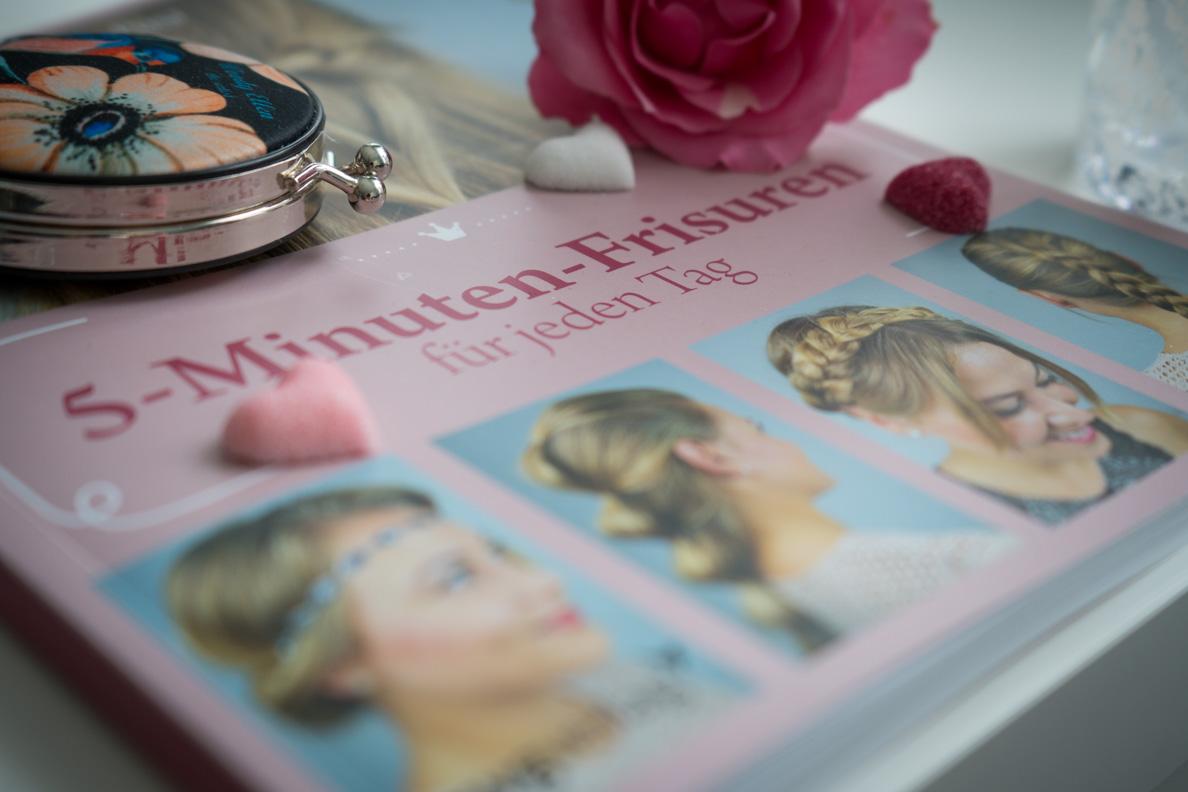 """Das Buch """"5-Minuten-Frisuren für jeden Tag"""" von Victoria Posa und eine Rose"""