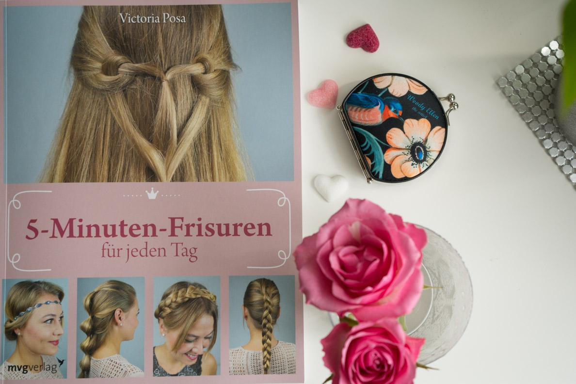 """Ein Flatlay mit dem Buch """"5-Minuten-Frisuren für jeden Tag"""" und rosa Accessoires"""