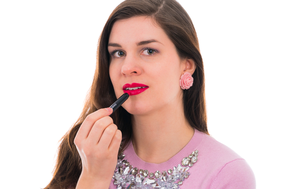 "Beauty-Bloggerin RetroCat mit dem Chanel Le Rouge Crayon De Couleur in ""Framboise"""