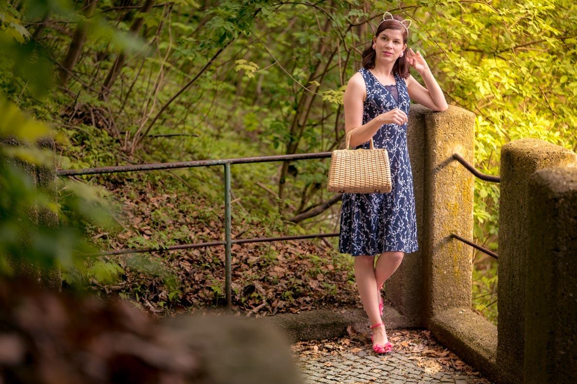 Vintage-Fashion-Bloggerin RetroCat in einem blauen Tageskleid von Vive Maria