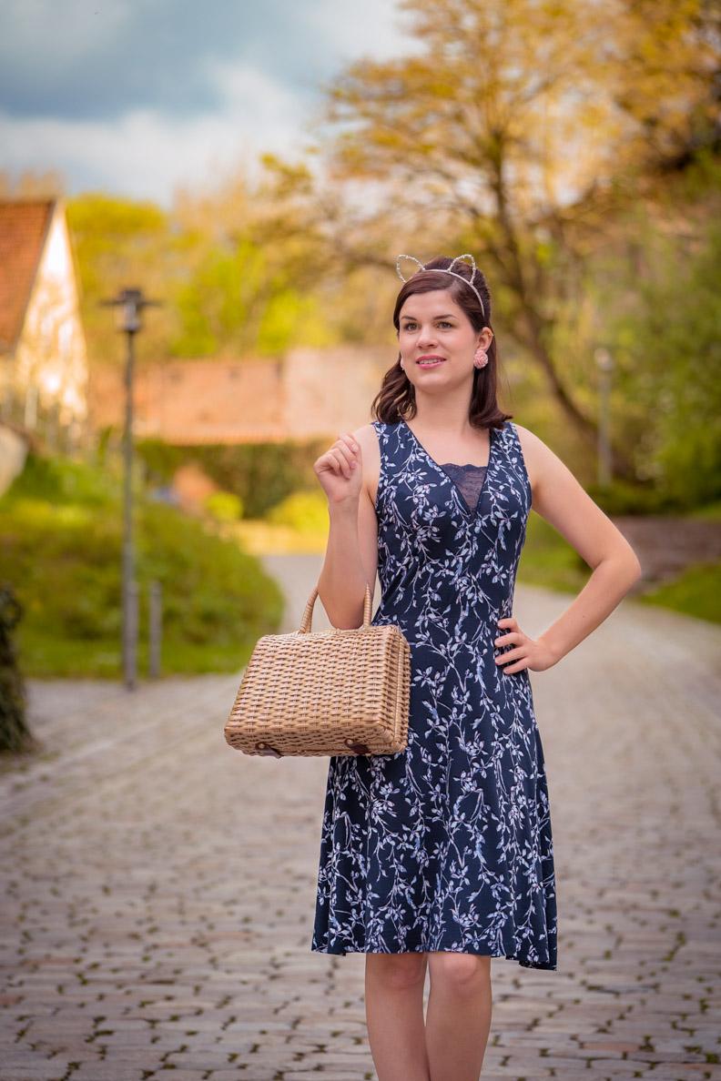 RetroCat mit dem Broadway Dress von Vive Maria und einer Vintage-Korbtasche
