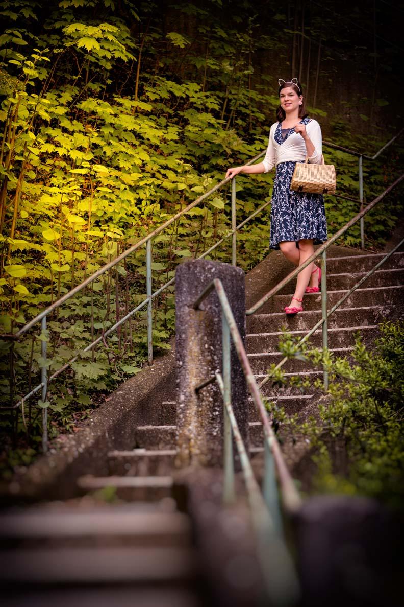 Fashion-Bloggerin RetroCat in einem bequemen Tageskleid im Vintage-Stil von Vive Maria