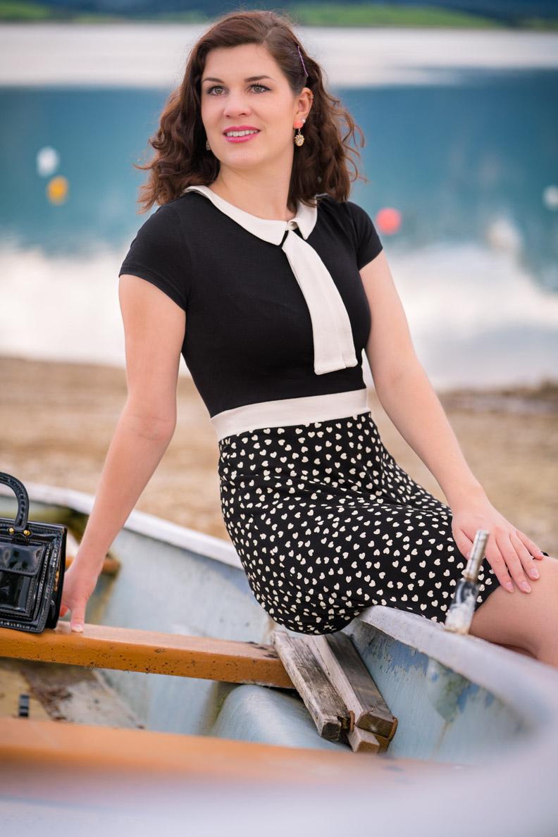 Mode-Bloggerin RetroCat in einem maritimen Vintage-Outfit am See