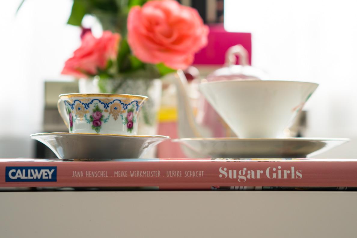 """Das Buch """"Sugar Girls"""" und Vintage-Tassen"""