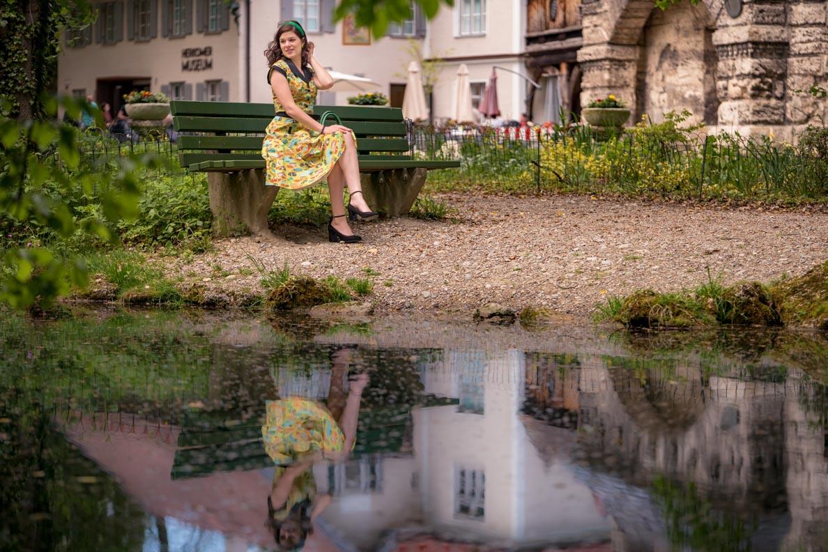 RetroCat in einem gelben Swing-Kleid von Dancing Days by Banned
