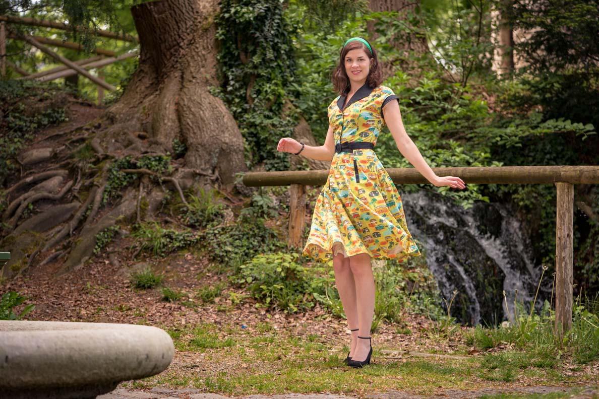 Vintage-Bloggerin RetroCat in einem gelben Retro-Kleid beim Twisten