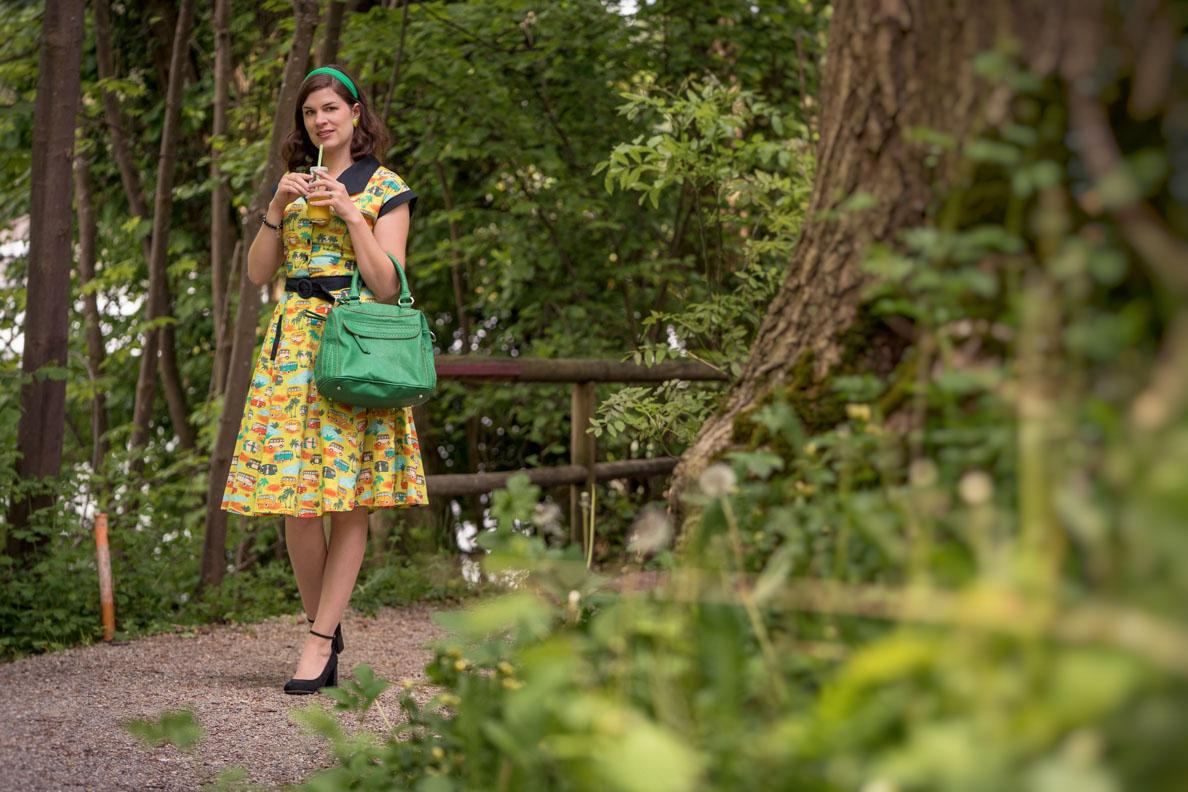 Vintage-Bloggerin RetroCat in einem Retro-Kleid mit Bulli-Print