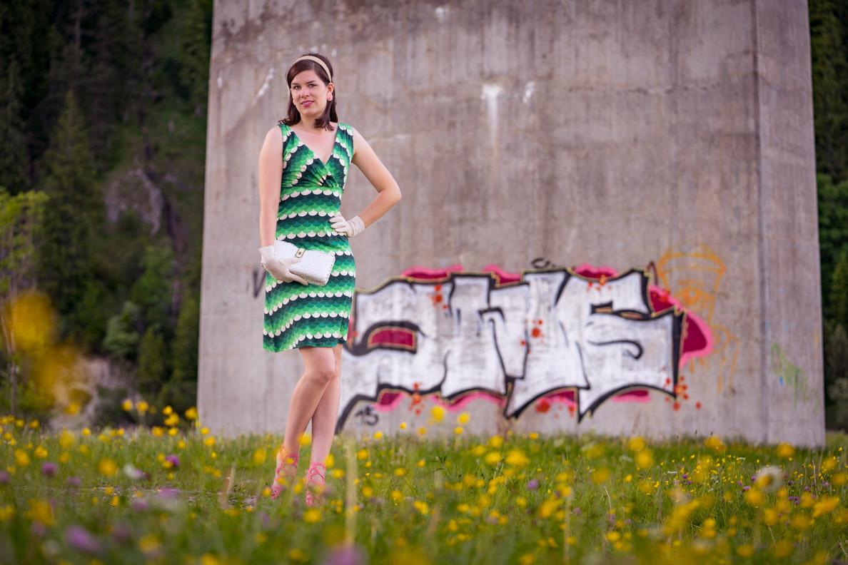 RetroCat in einem grünen 60er-Jahre-Kleid von King Louie