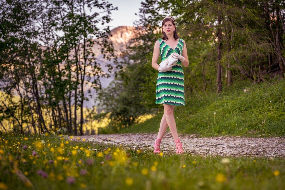 RetroCat in einem grünen Retro-Kleid im Stil der 60er
