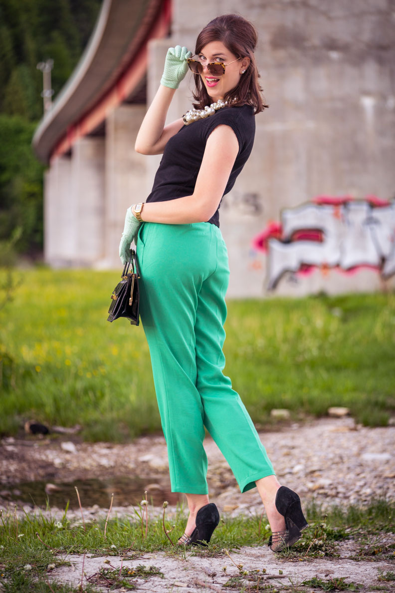 Mode-Bloggerin RetroCat mit einer grünen 7/8-Hose und einem schwarzen Cardigan vom Fair-Fashion-Label King Louie