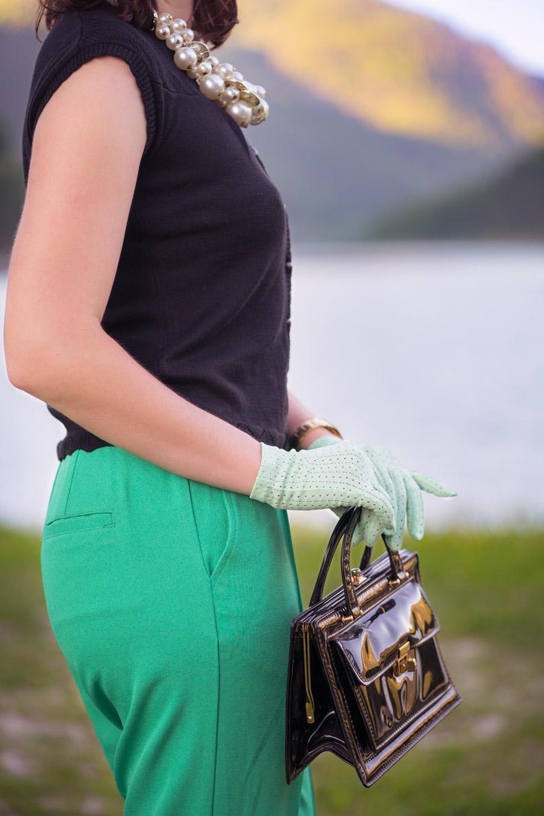 RetroCat mit mintgrünen Retro-Handschuhen und einer Vintage-Tasche aus den 60ern