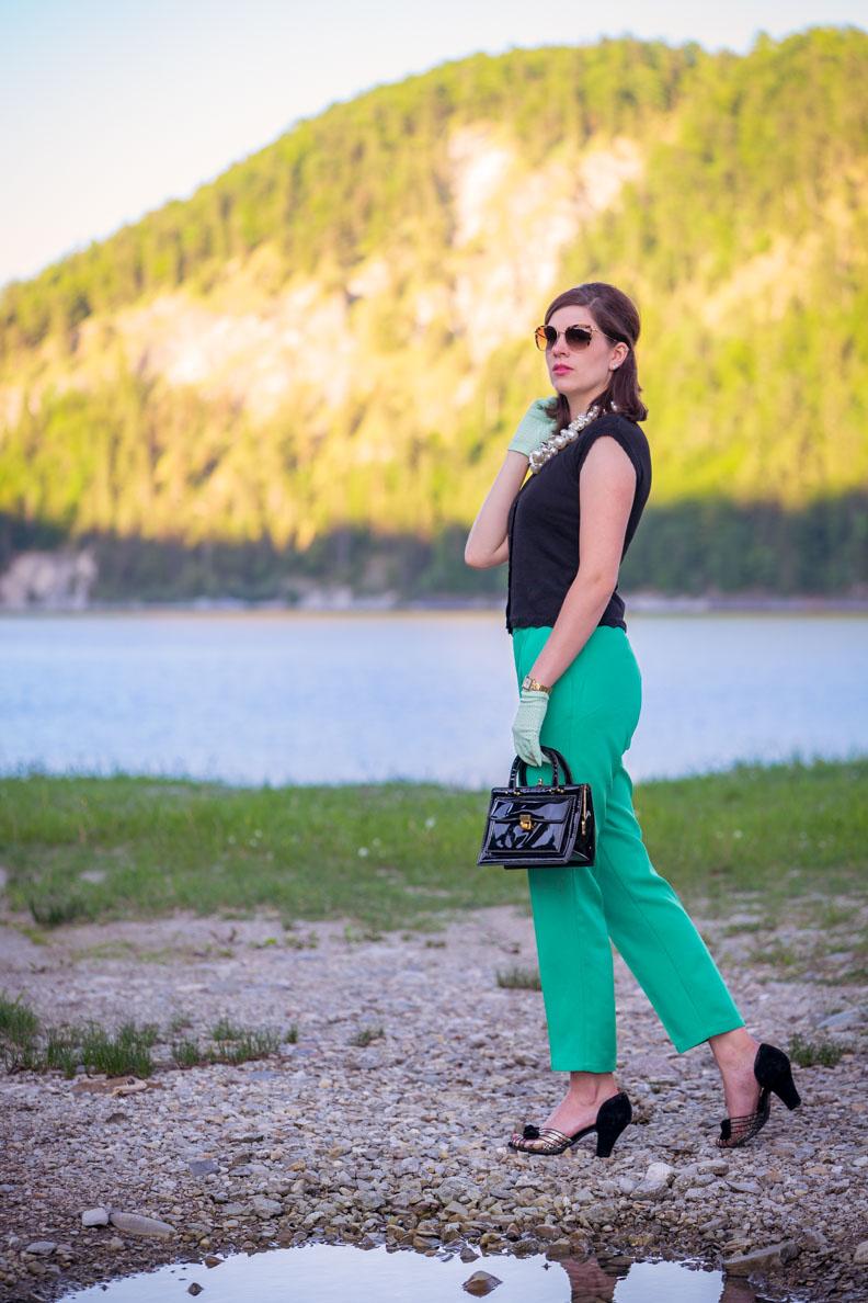 Vintage-Fashion-Bloggerin RetroCat mit grünen Retro-Hosen und einem schwarzen Top von King Louie