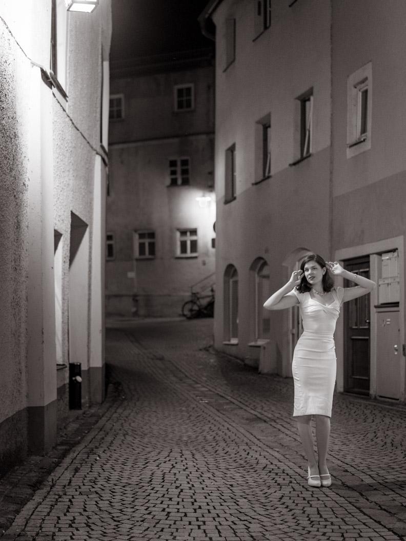 Vintage-Bloggerin RetroCat mit dem weißen Billion Dollar Dress von Stop Staring!