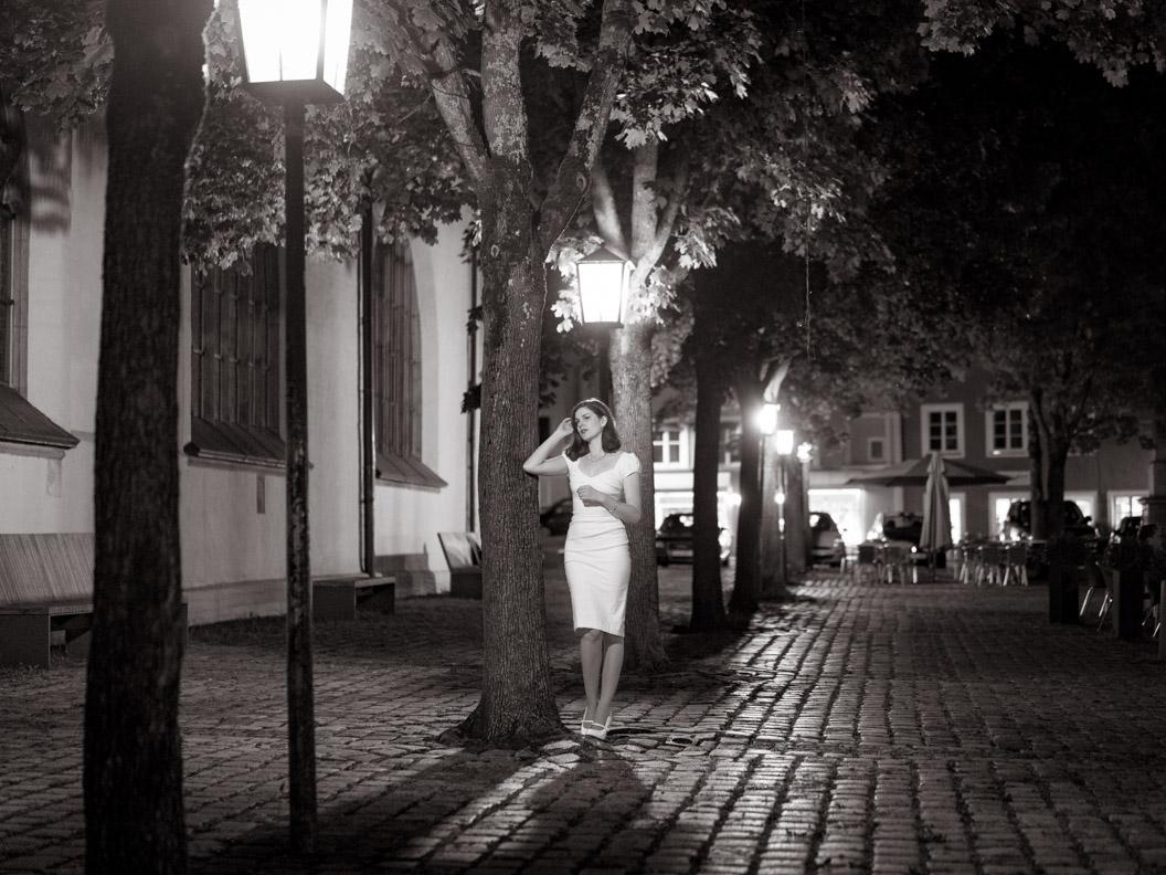 Vintage-Mode-Bloggerin RetroCat mit einem weißen Retro-Kleid bei Nacht