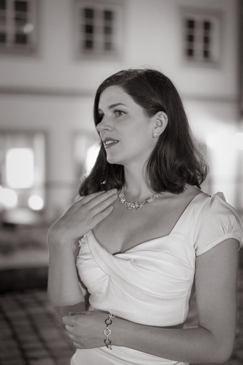 RetroCat in einem eleganten weißen Vintage-Kleid von Stop Staring!