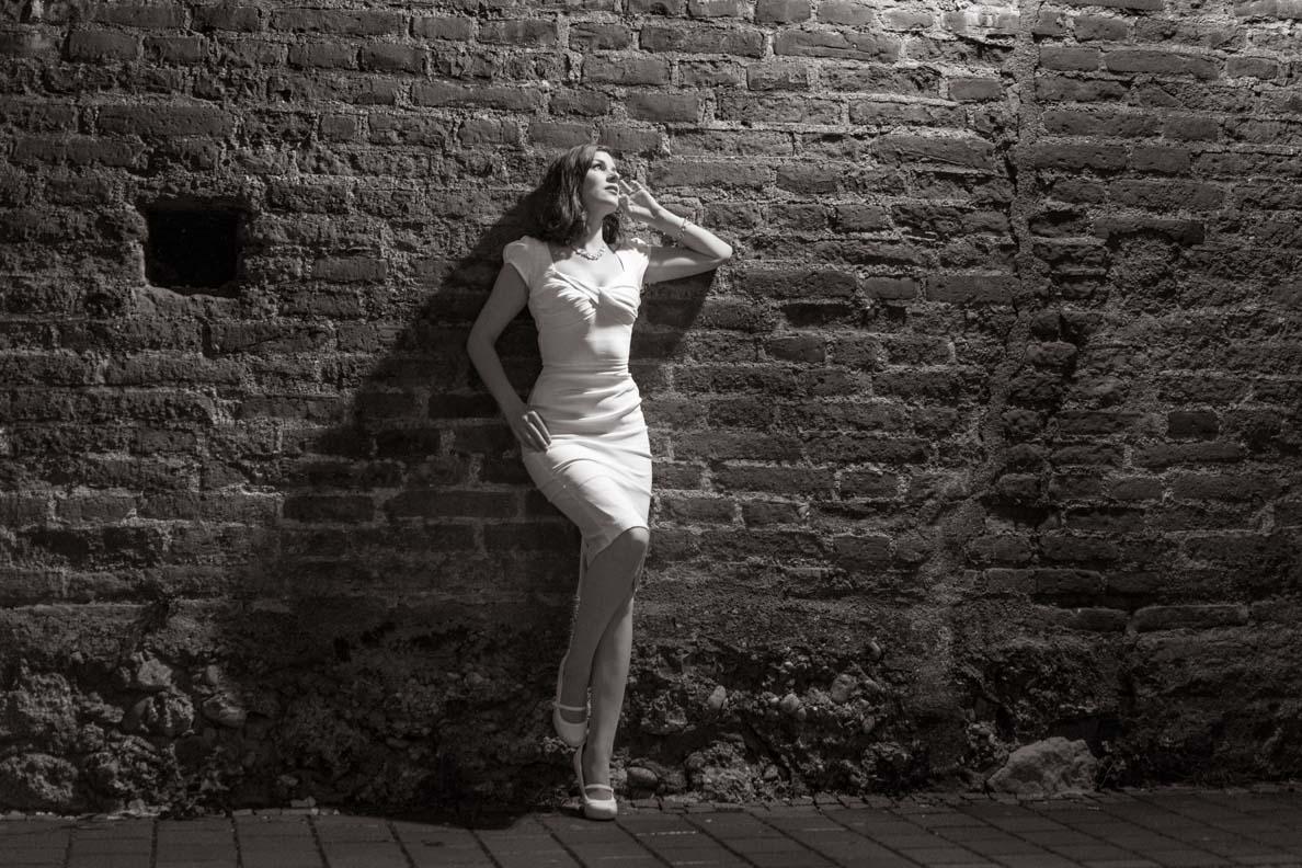 Vintage-Bloggerin RetroCat trägt ein weißes Kleid von Stop Staring! bei Nacht