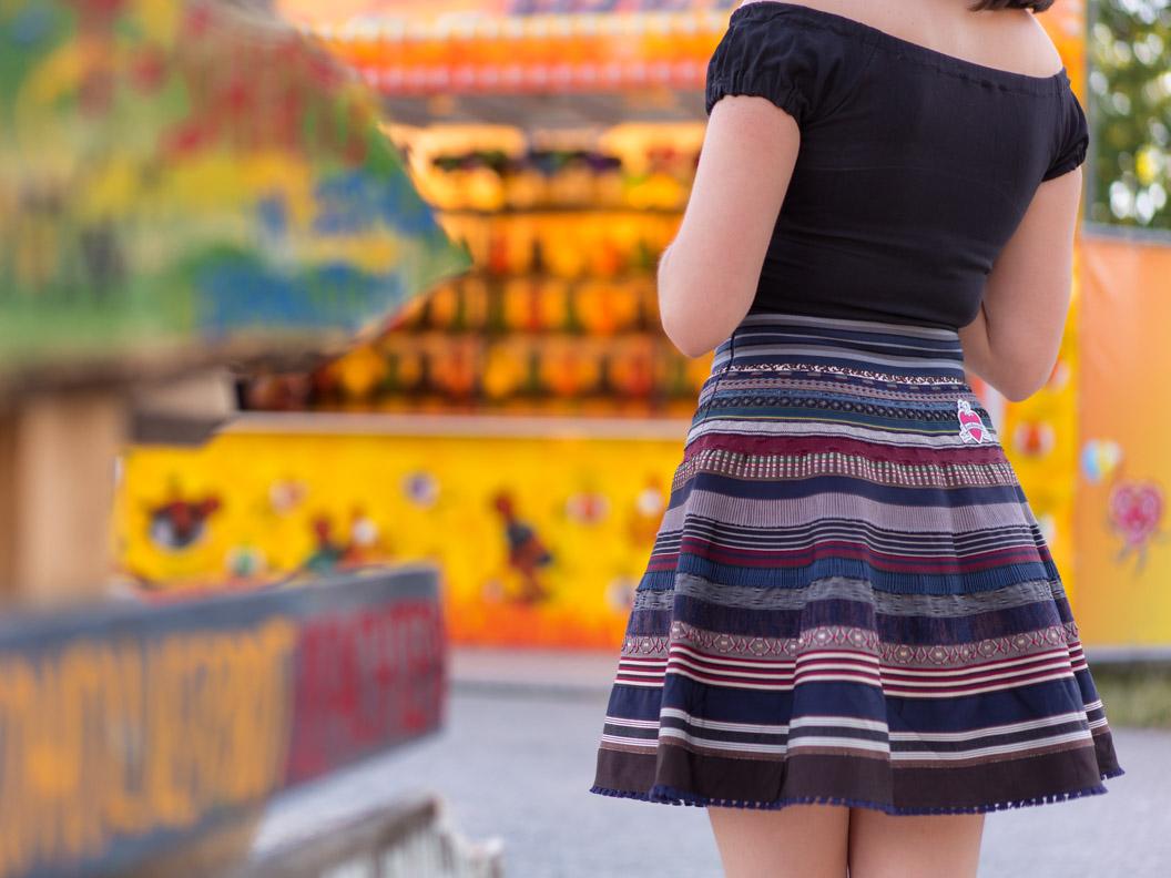 RetroCat mit einem bunten Bänderrock, dem Ribbon Skirt, von Lena Hoschek