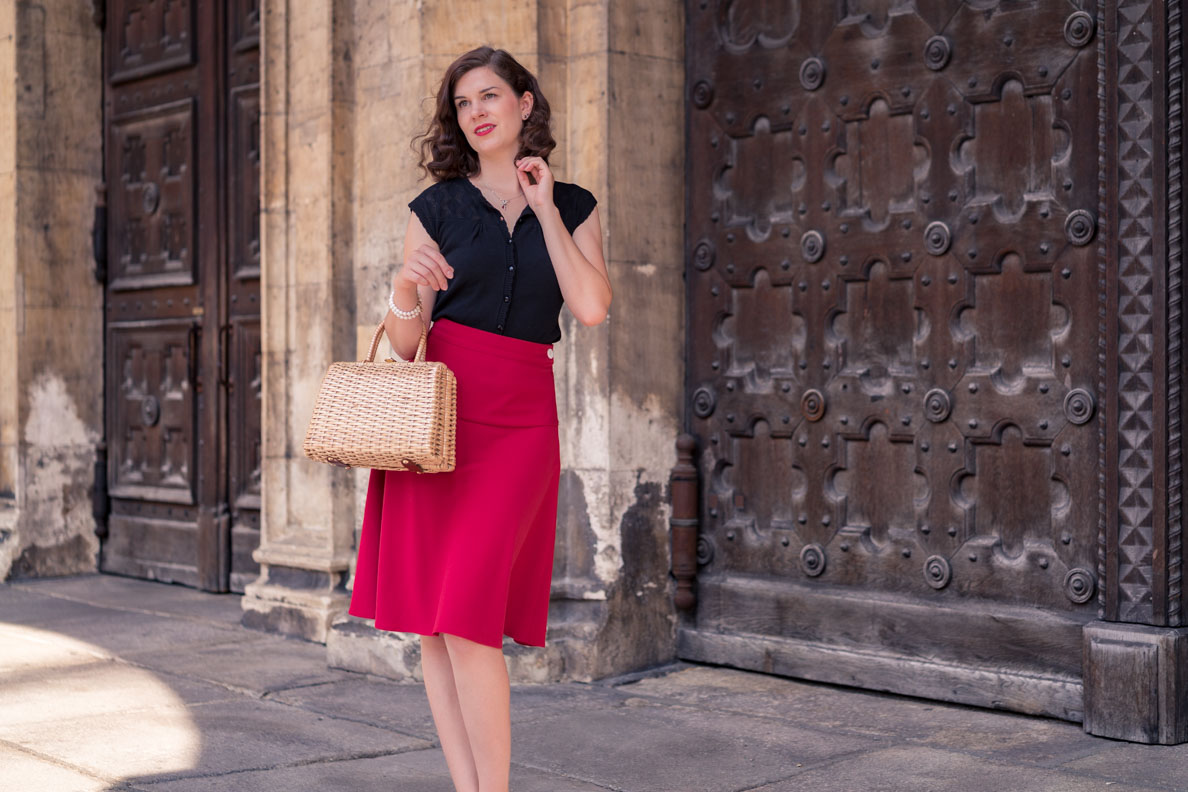 Vintage-Mode-Bloggerin RetroCat mit einem 40er-Jahre-Outfit in München