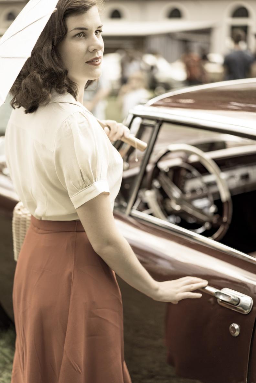 Vintage-Bloggerin RetroCat mit einem Outfit von The Seamstress Of Bloomsbury