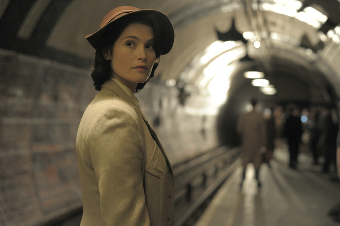 Gemma Arterton alias Catrin Cole in einem U-Bahnhof in London