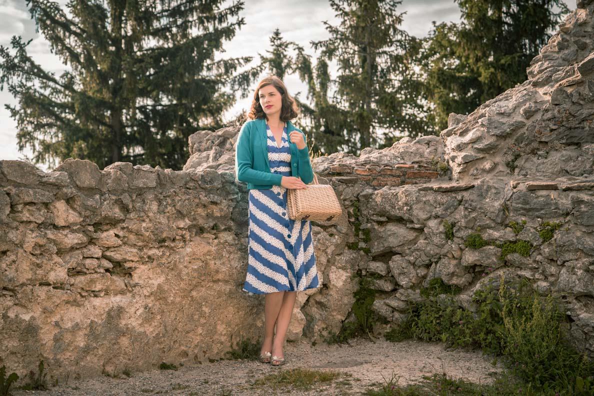 """RetroCat mit einem 40er-Jahre-Kleid und Retro-Cardigan inspiriert von """"Ihre beste Stunde"""""""