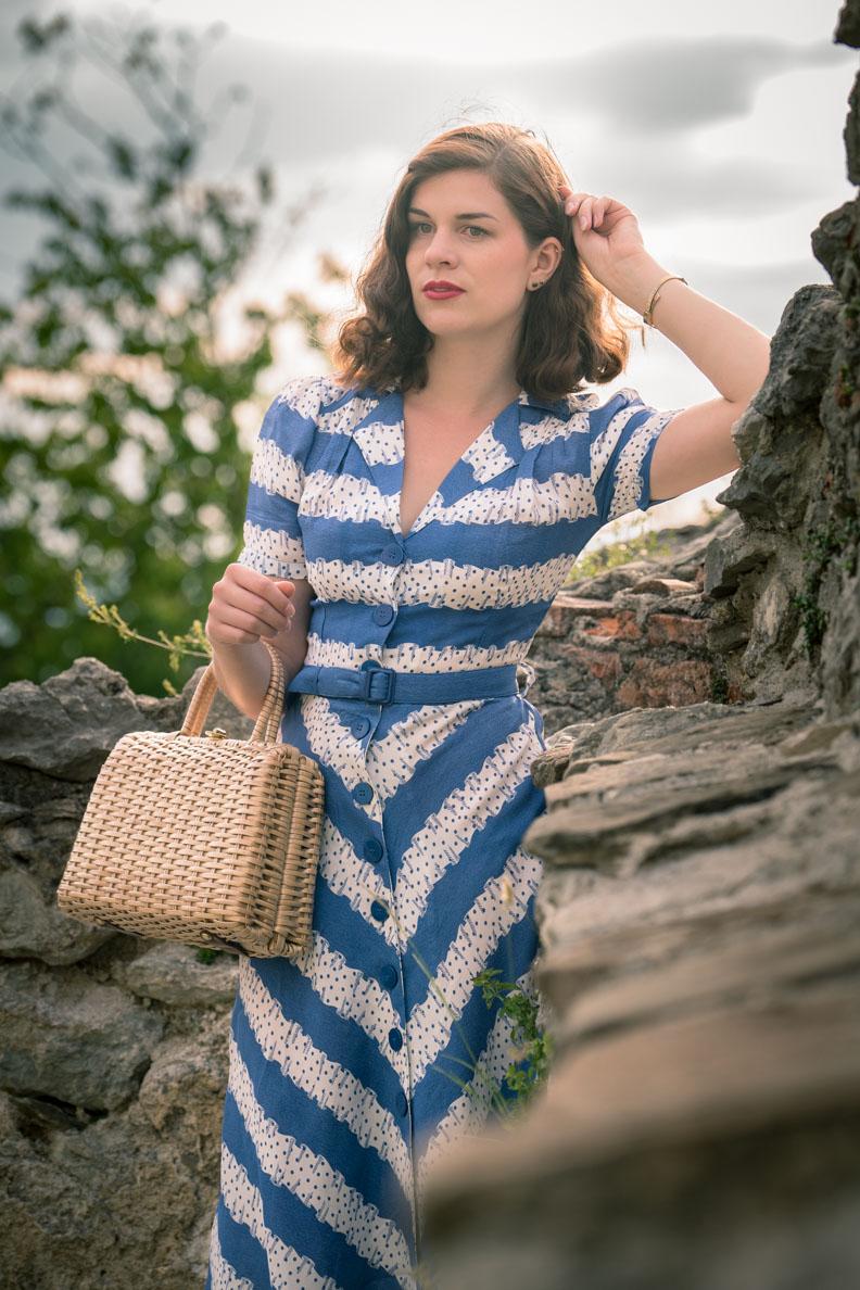 RetroCat mit Retro-Kleid, Vintage-Tasche und zarter Armbanduhr