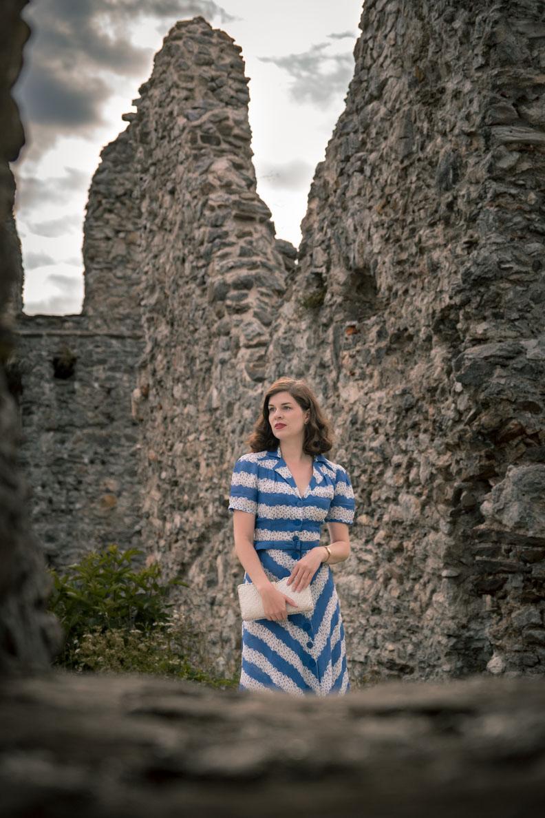 RetroCat in einem blau-weißen 40er-Jahre-Kleid von The Seamstress Of Bloomsbury