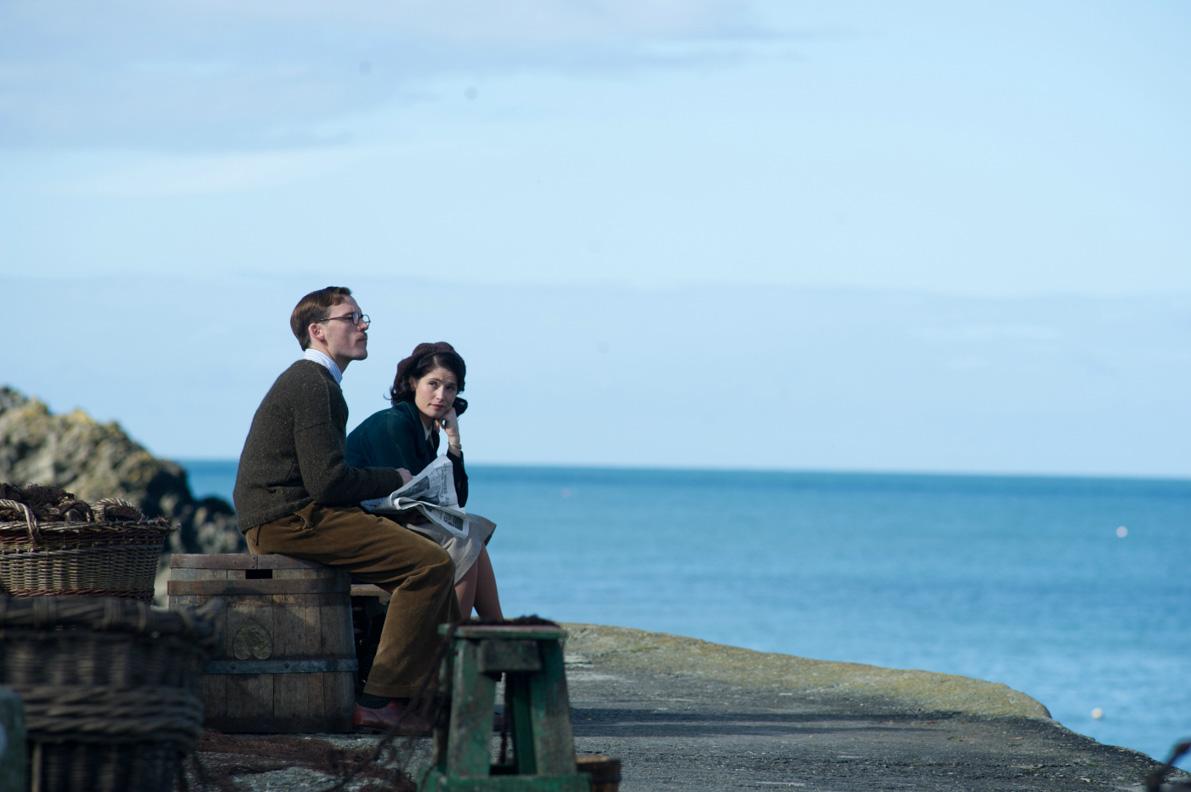 """Catrin Cole und Tom Buckley am Ufer im Film """"Ihre beste Stunde"""""""
