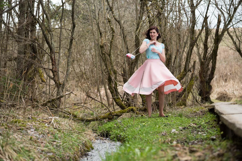 RetroCat mit pinkem Tellerrock beim Versuch zu tanzen