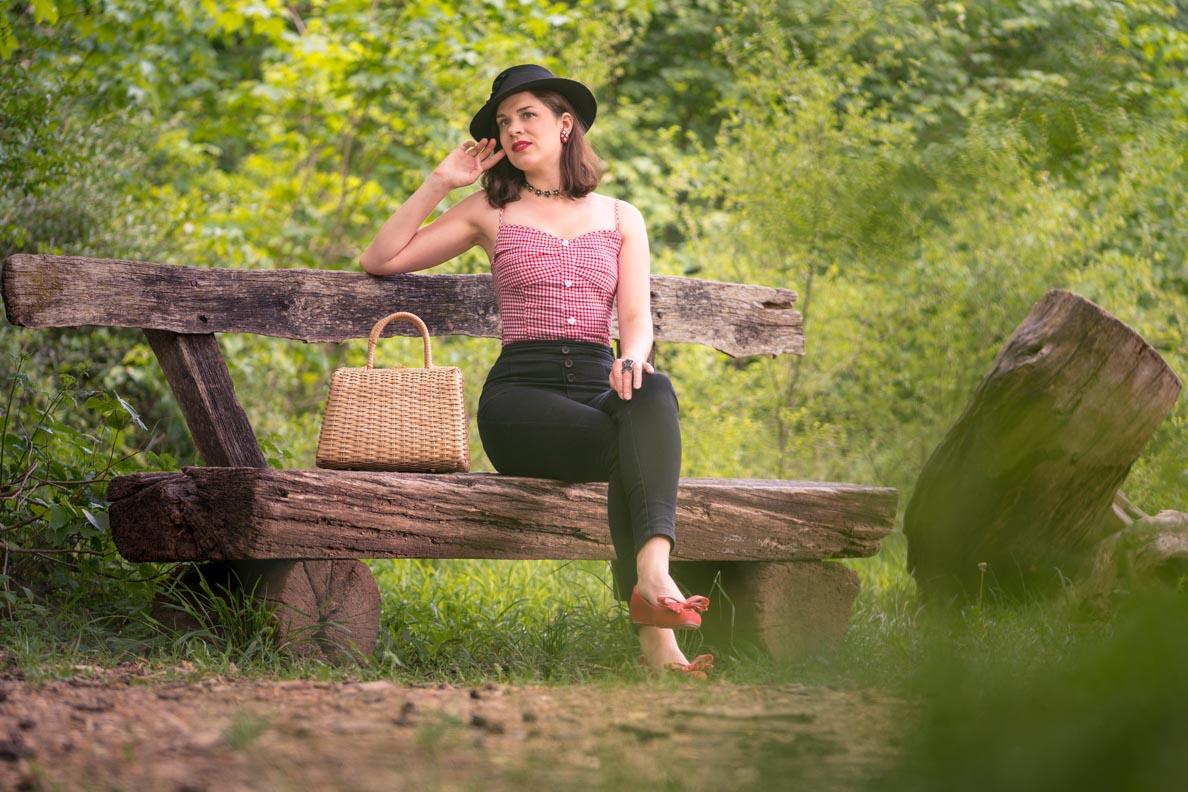 Vintage-Bloggerin RetroCat in einem legeren Retro-Outfit auf dem Land