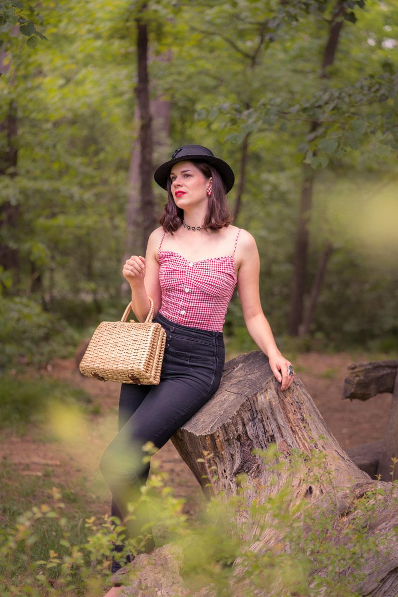 RetroCat mit Karo-Top, taillenhoher Hose und Vintage-Hut