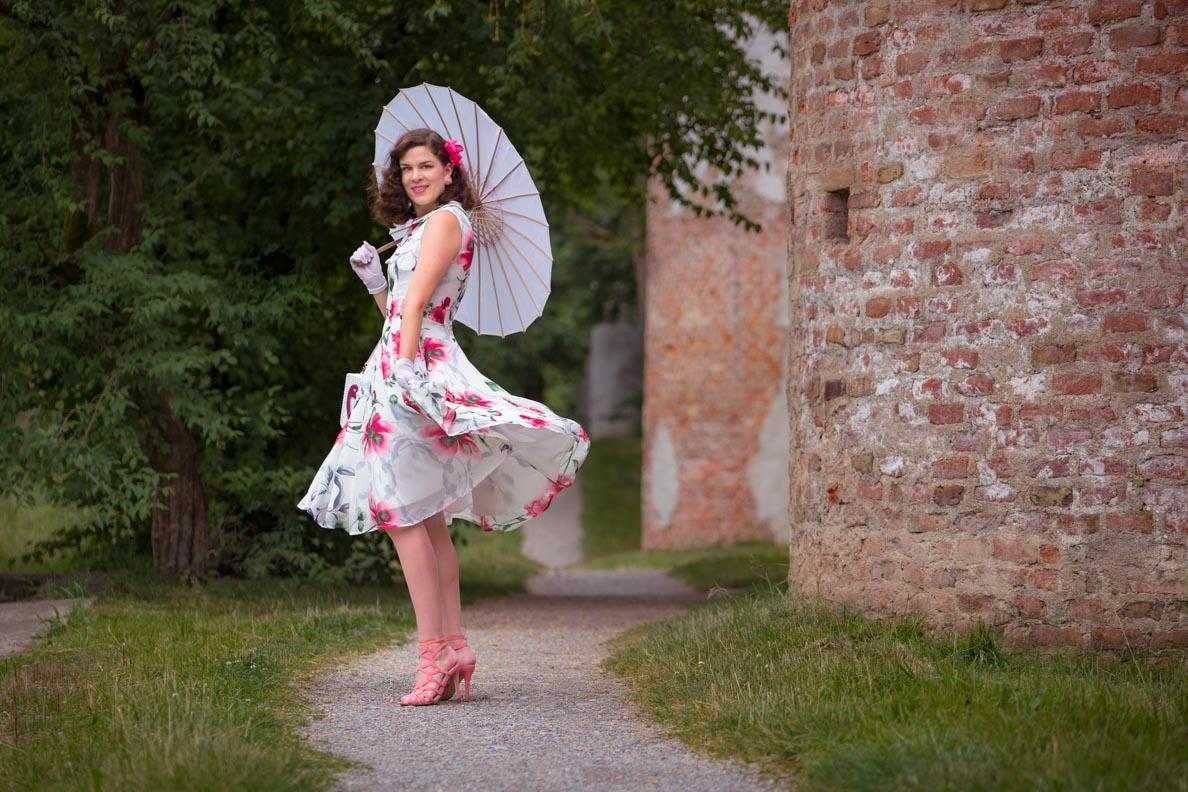 Mode-Bloggerin RetroCat mit einem sommerlichen Swing-Kleid von Unique Vintage via Fräulein Backfisch