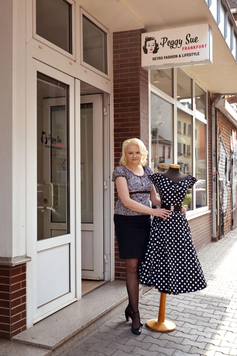 Inhaberin Angi vor der Retro-Boutique Peggy Sue Frankfurt