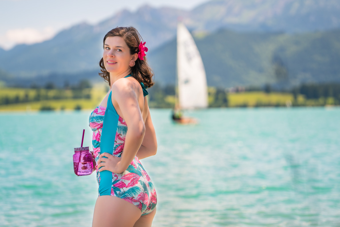 RetroCat mit einem Retro-Badeanzug am Forggensee