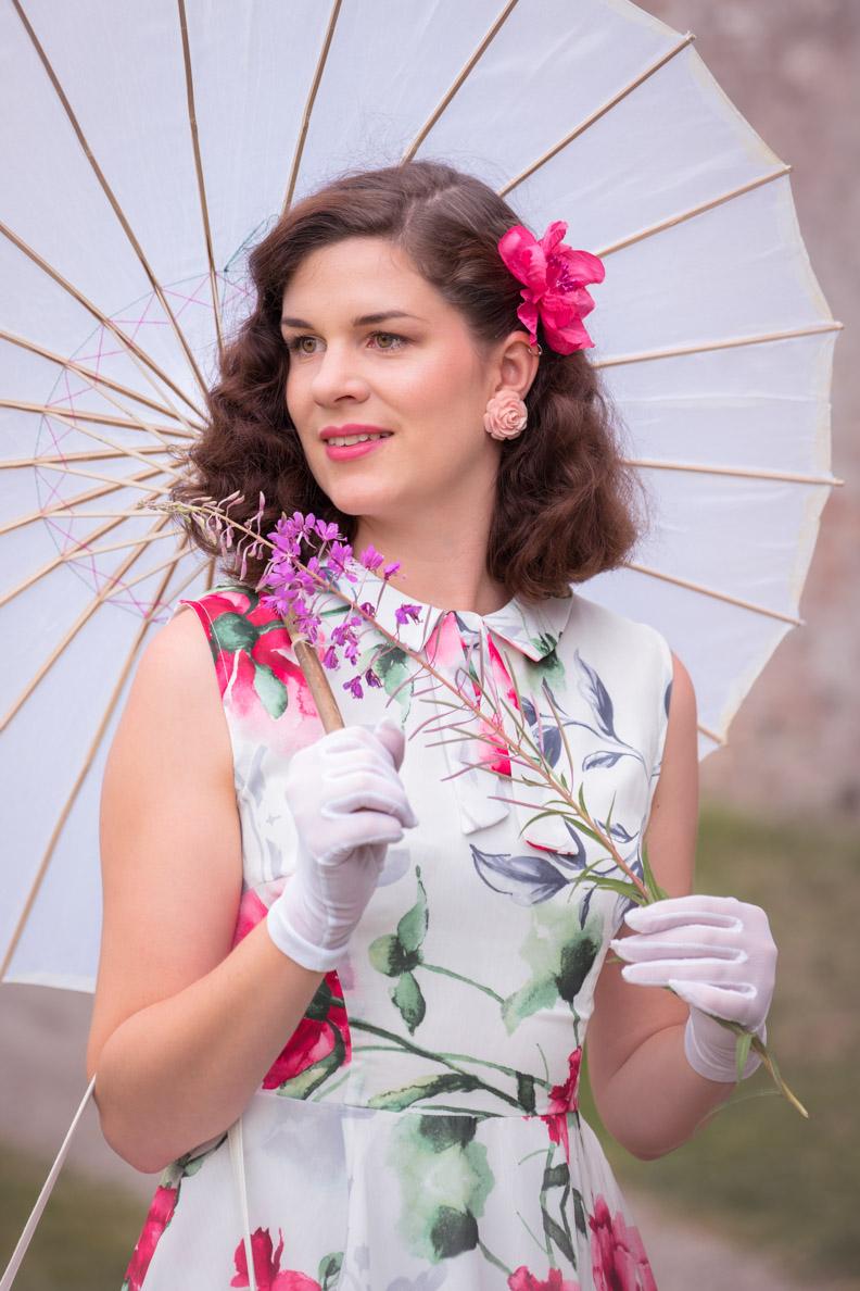 RetroCat mit einem sommerlichen Retro-Kleid vom Shop Fräulein Backfisch