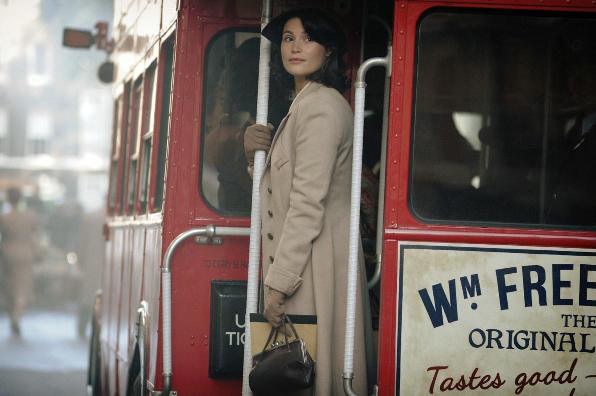 Catrin Cole in einem typischen roten Bus in London