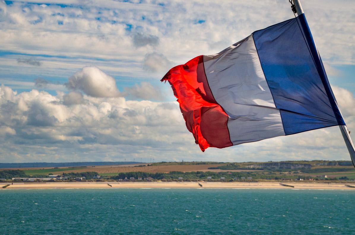 Die Französische Flagge vor der Küste von Calais