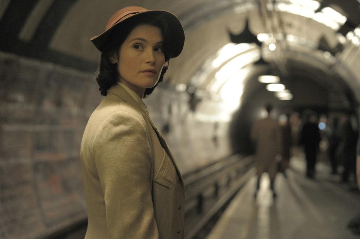 """Catrin Cole in einer U-Bahn-Station im Film """"Ihre beste Stunde"""""""
