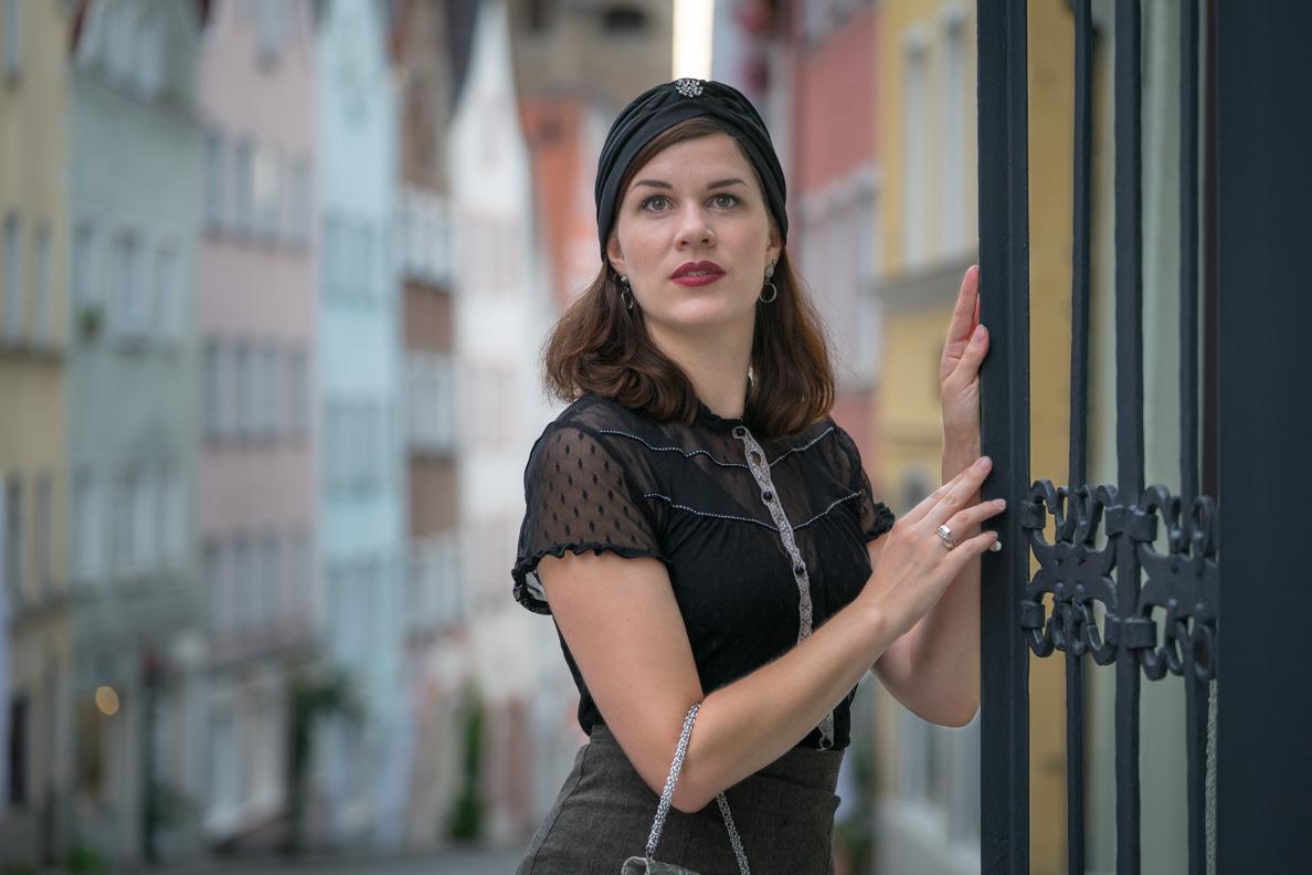 RetroCat mit einem Turban im Retro-Stil und einer Vintage-Bluse