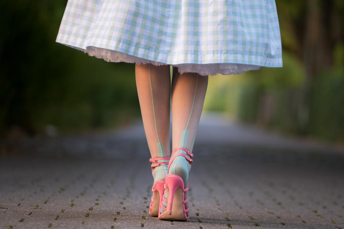 RetroCat mit den Secrets in Lace Spanish Heel Nahtstrümpfen in Mint und pinken Schuhen