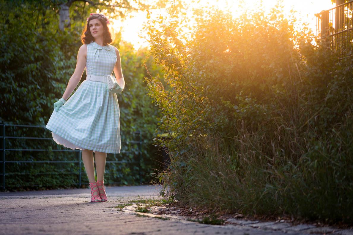 RetroCat in einem grünen Sommerkleid im Stil der 50er