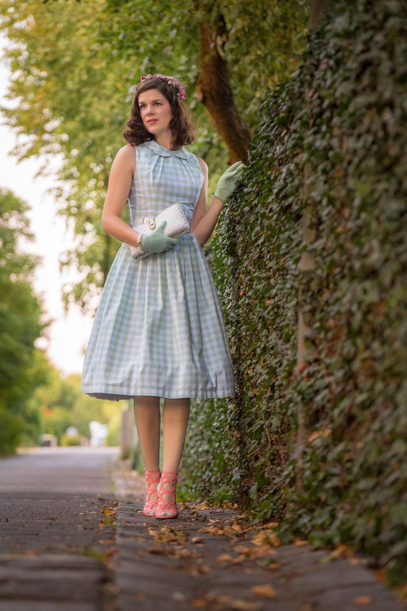 Vintage-Bloggerin RetroCat mit einem hellgrünen Sommerkleid und passenden Nahtstrümpfen von Secrets in Lace Europe
